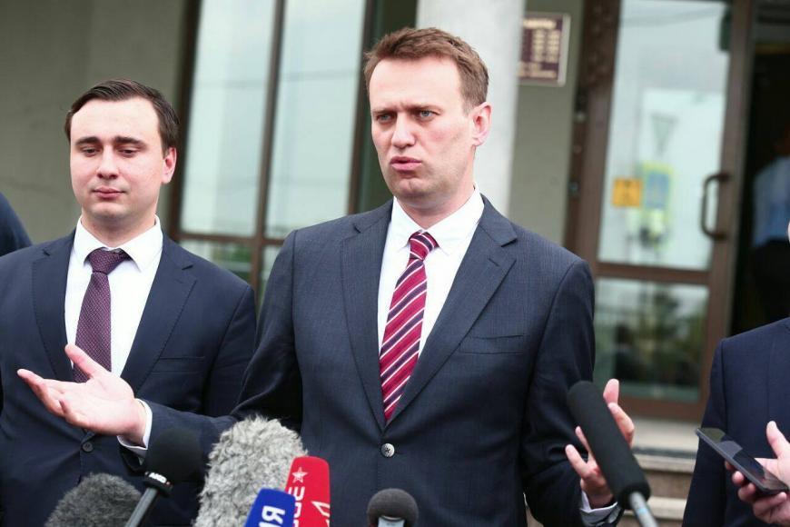 Оппозиционер Навальный с супругой прилетел изФранции