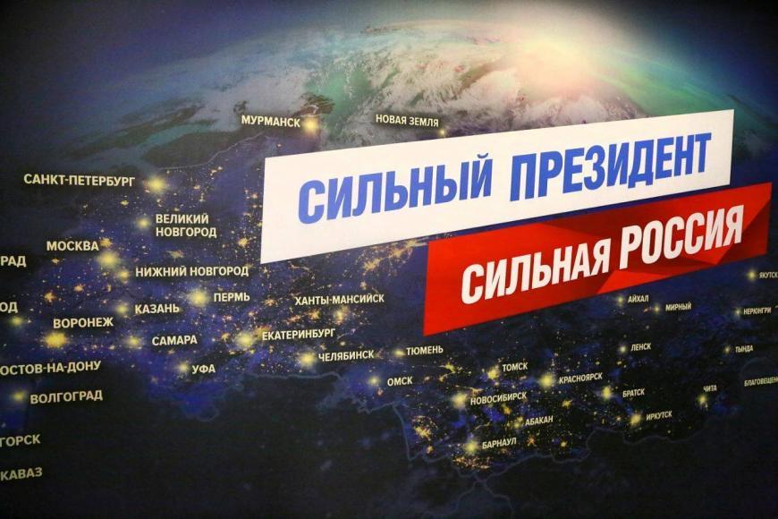 Владимир Путин посетил собственный  предвыборный штаб вГостином Дворе
