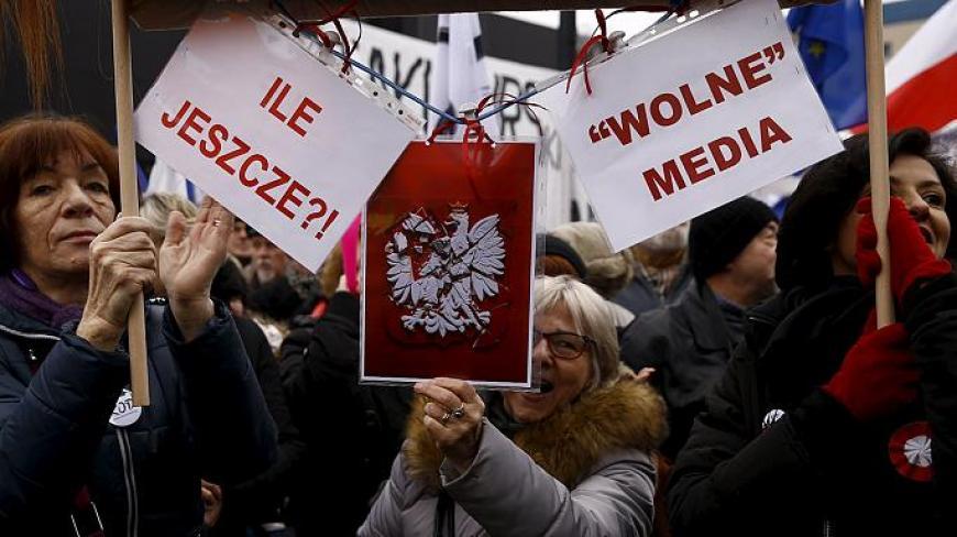 Кадры многотысячного протеста вВаршаве: вцентр города стянуто огромное количество силовиков