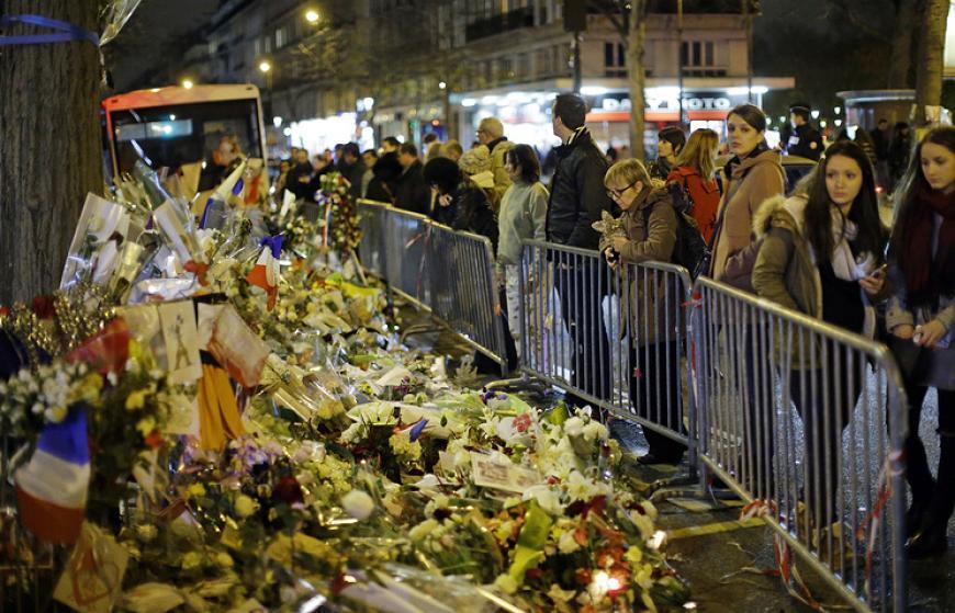 ВоФранции вгодовщину события вспоминают жертв парижских терактов
