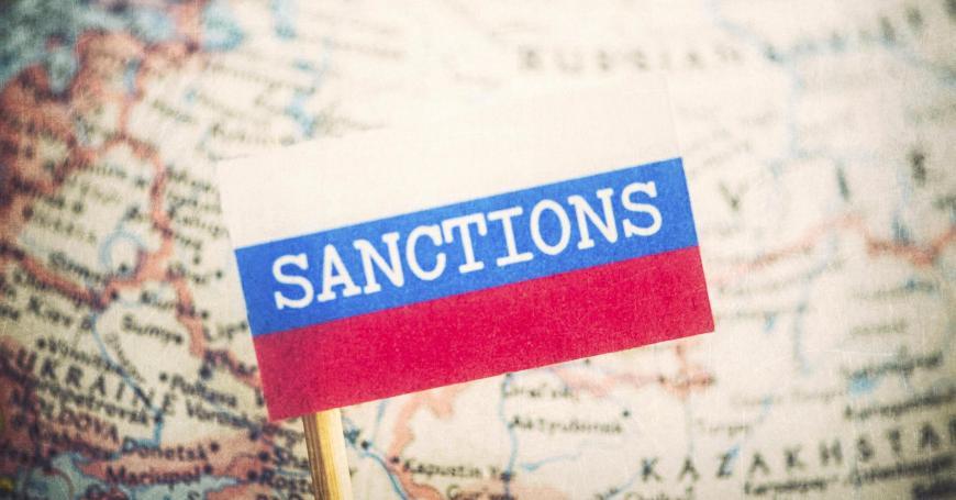 РФ должна проводить свою политику, несмотря насанкции: опрос