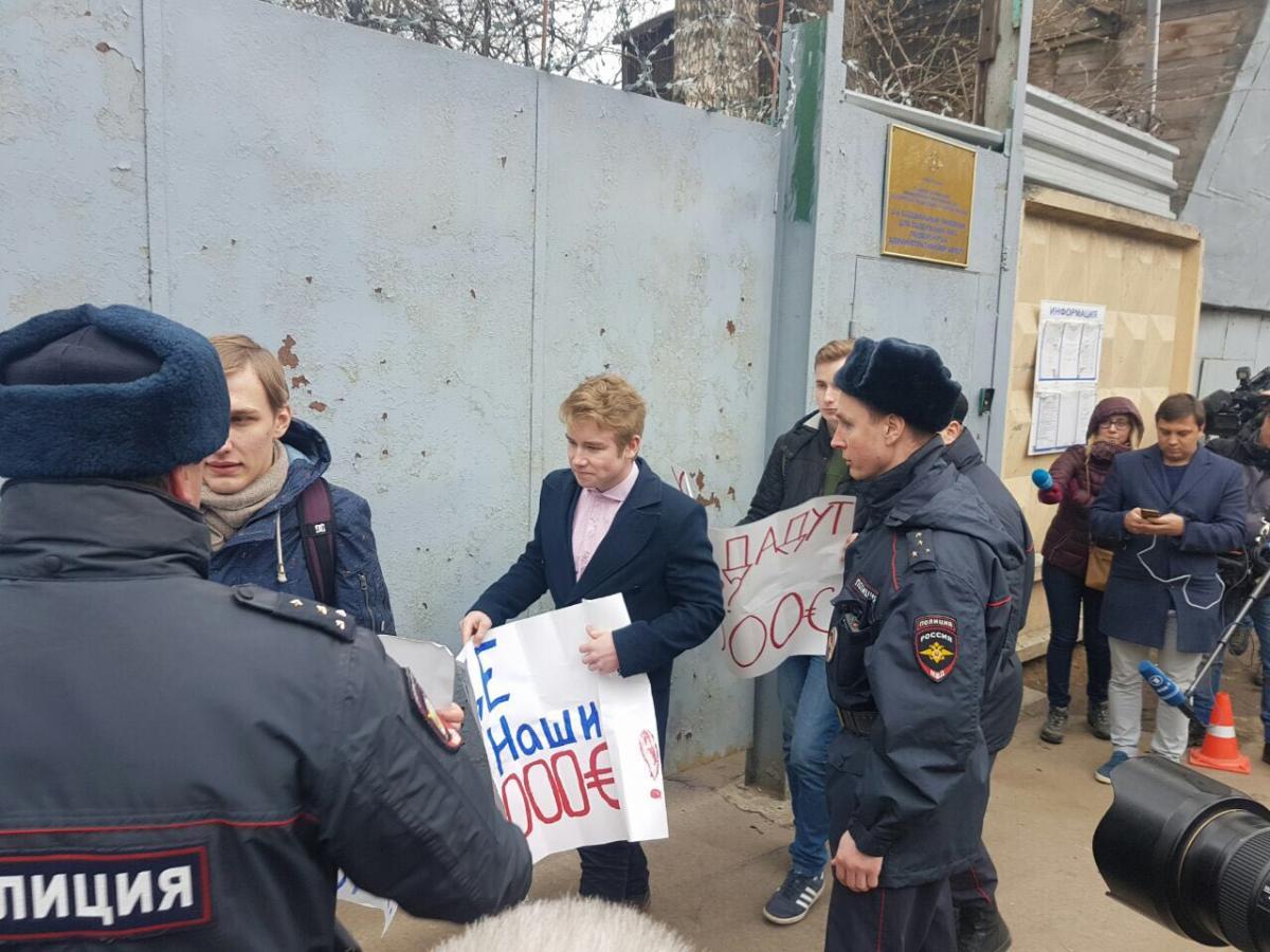 Школьники требуют отНавального 10 тыс. евро