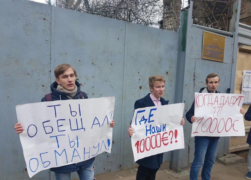 Школьники потребовали отНавального 10 тыс. евро